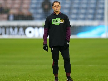 SIN MINUTOS. Chicharito durante el calentamiento previo del West Ham (Foto: Getty).