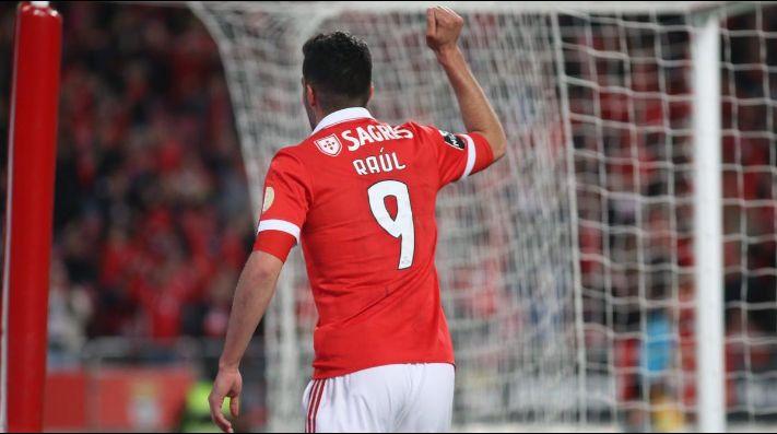 Raúl Jiménez anota en goleada que pone de líder al Benfica