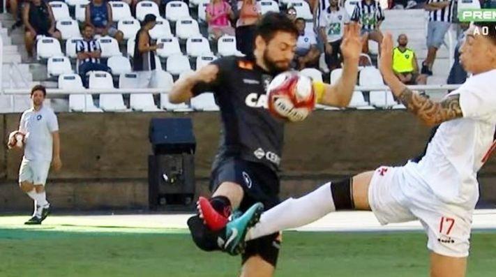 YouTube: salvaje entrada conmociona el fútbol de Brasil por decisión del árbitro