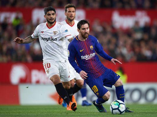 Layún observa desde la banca el empate del Sevilla ante Villarreal