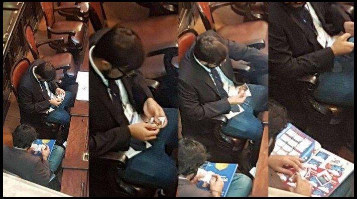 Diputados pegan estampas del álbum del Mundial en plena Asamblea Legislativa