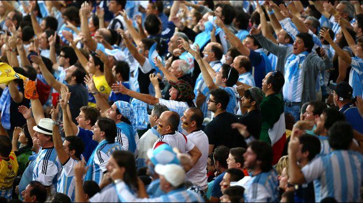 Hinchas argentinos se burlan de Chile con este cántico