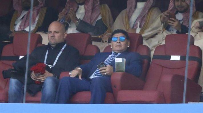 COMO EN CASA. Diego Maradona en el palco del estadio durante el partido de Rusia ante Arabia Saudita