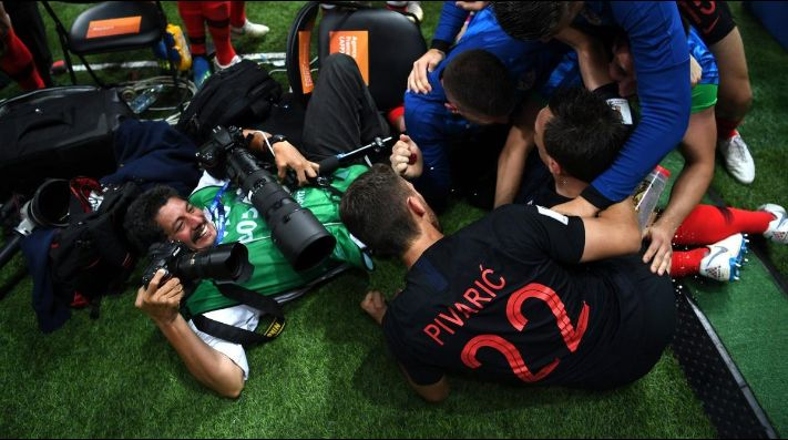 Croacia: Yuri Cortez, el fotógrafo aplastado y besado en gol de Mandzukic