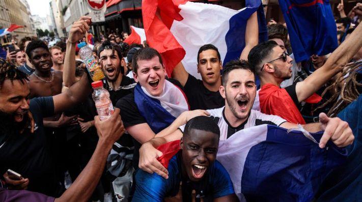 Festejos, saqueos y disturbios — París convulsionada