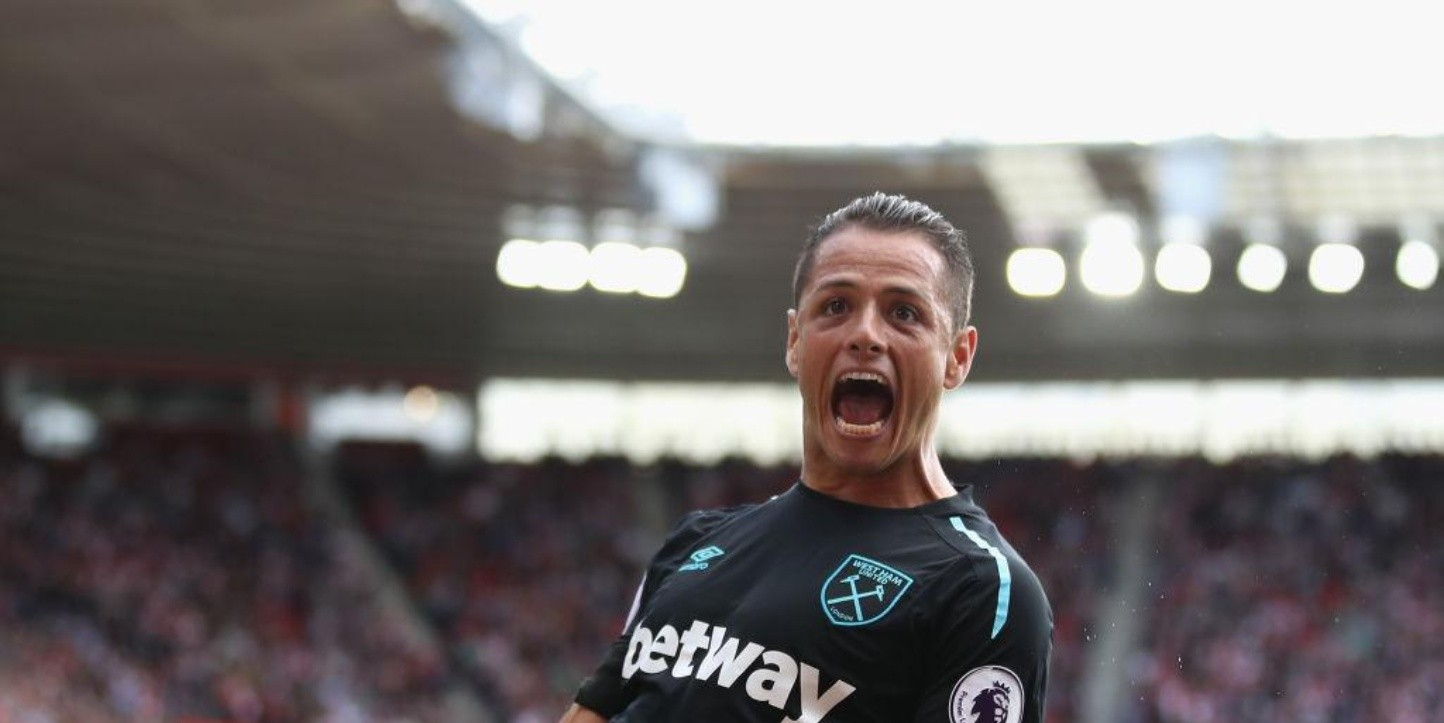 Chicharito celebrando con la playera del West Ham.