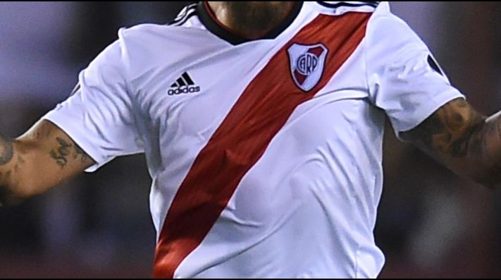 VIOLETA. River y una nueva camiseta alternativa.