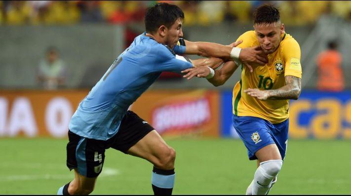Neymar le gana el duelo a Luis Suárez