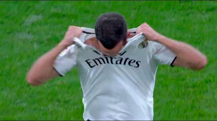 official photos c3fee da91d Lucas Vázquez se hizo echar, rompió su camiseta y ya es el ...