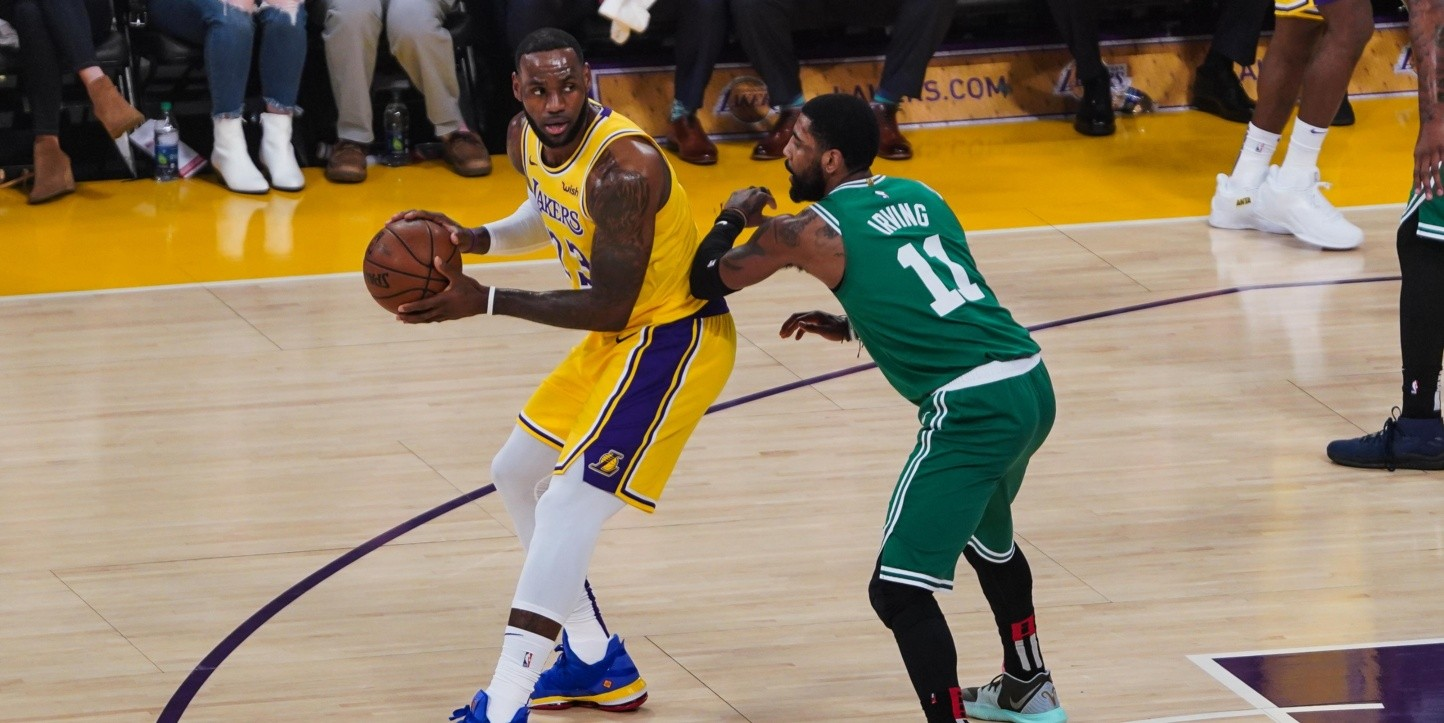 Guiño a los Lakers: Kyrie Irving defiende a LeBron James y lamenta que se pierda los playoffs