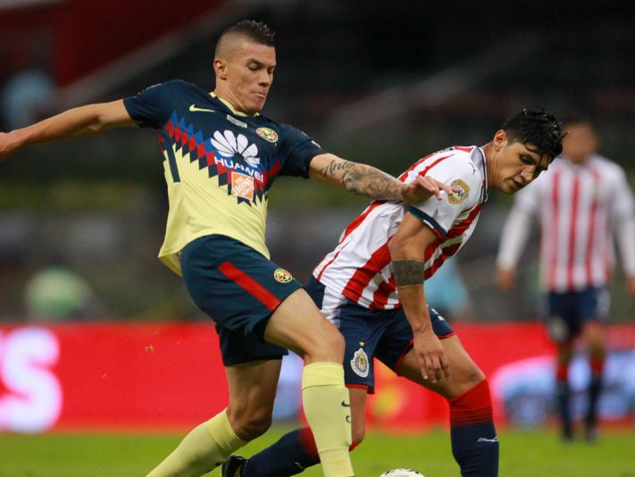 Tenso cruce entre Pulido y Mateus Uribe.
