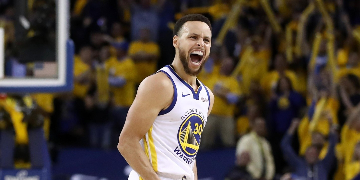 Stephen Curry celebrando una victoria con los Warriors