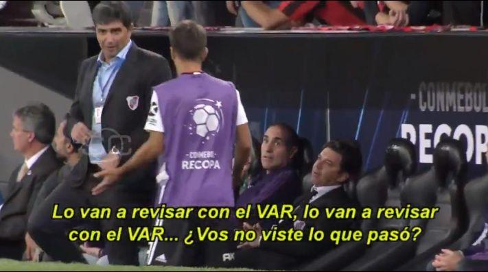 Video: lo que Gallardo le dijo a Ponzio mientras revisaban la expulsión de Casco en el VAR