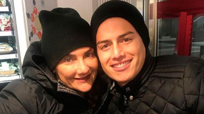 James junto a su madre. (Instagram)