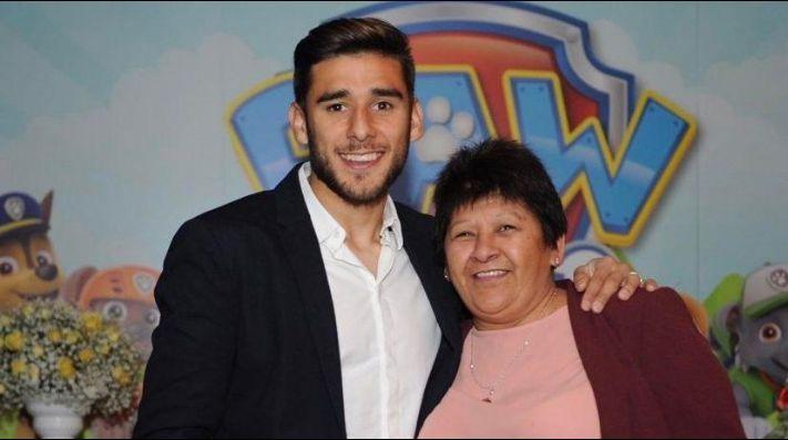 Eduardo Salvio junto a su madre.