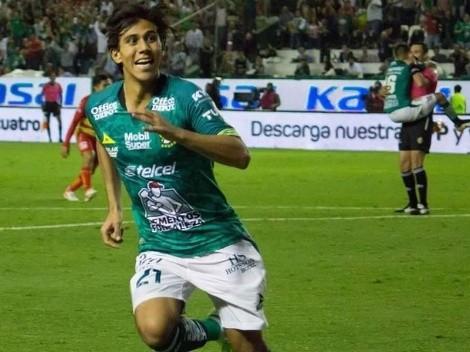 Jugador del León se sube como un koala al árbitro para celebrar un gol