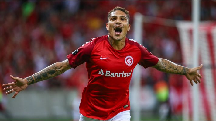 Paolo Guerrero festejando un gol en Internacional de Porto Alegre.