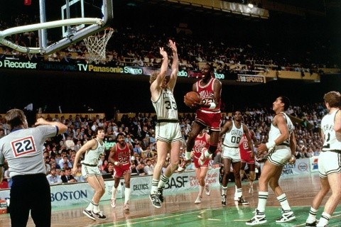 Larry Bird marcando a Michael Jordan