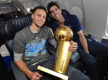 Stephen Curry y Bob Myers (Getty Images)