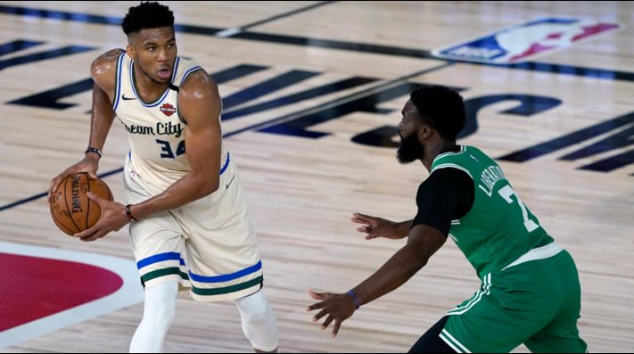Giannis Antetokounmpo y Jaylen Brown (Getty)