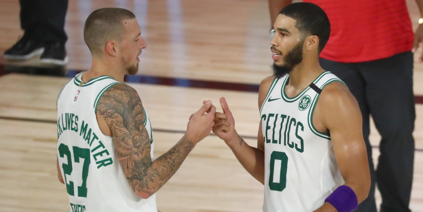Jayson Tatum y Daniel Theis (Getty)