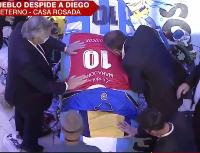 Video: Alberto Fernández, muy emocionado, le regaló una camiseta de Argentinos al Diego