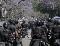 Todos quieren despedir a Diego: incidentes en el funeral de Maradona