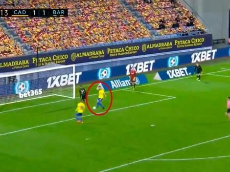 Papelón: Álvaro Negredo aprovechó un horror del Barcelona y puso el 2 a 1 para Cádiz