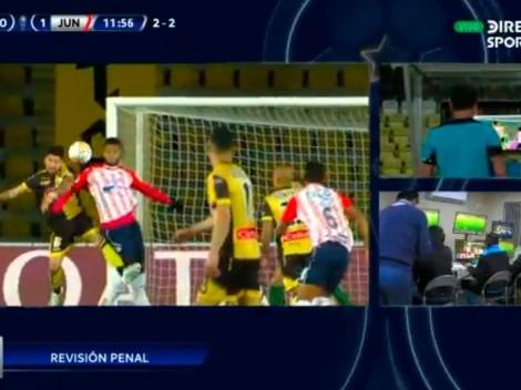El VAR le dio y le quitó un penal a Junior en la Copa Sudamericana