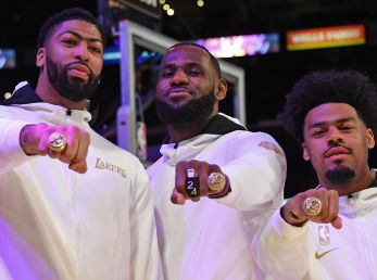 Anthony Davis, LeBron James y Quinn Cook