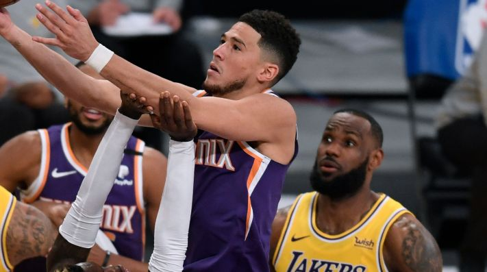 Devin Booker y LeBron James
