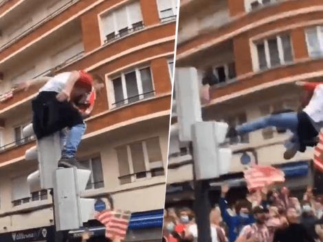 Video viral: un hincha del Athletic saltó desde un semáforo y cayó al suelo