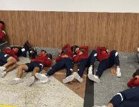 Escándalo: los jugadores de Independiente durmieron en el piso del aeropuerto de Salvador