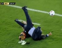 ¡Cuiden a Russo! Un jugador de Barcelona se lo llevó puesto y lo tiró al piso