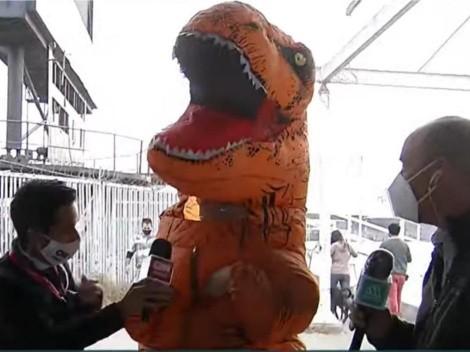 Joven disfrazado de Dinosaurio llega a votar al Estadio Monumental
