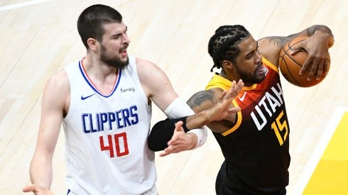 Ivica Zubac of the Los Angeles Clippers (left) fouls Derrick Favors of the Utah Jazz (right). (Getty)