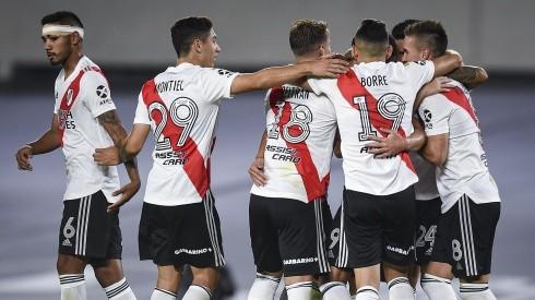 Rafael Santos Borré festejando un gol con sus compañeros de River. (Foto: Getty)