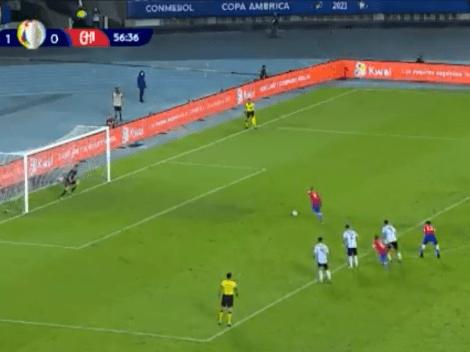 Video: Martínez le atajó un penal a Vidal y Vargas lo empató de rebote para Chile