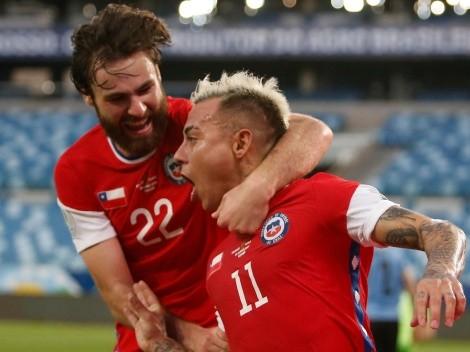 Eduardo Vargas anota el 1-0 de Chile sobre Uruguay