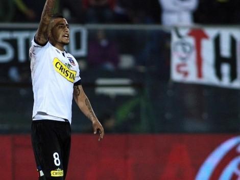 Arturo Vidal no se saca la camiseta de Colo Colo ni para salir de la pieza