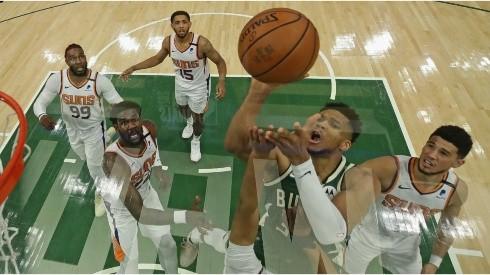 Giannis Antetokounmpo scores on the Phoenix Suns. (Getty)