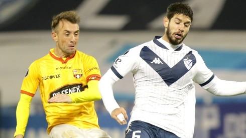 Damián Díaz of Barcelona SC competes for the ball with Matías de los Santos of Velez (Getty).
