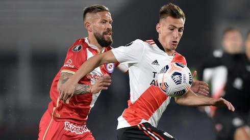 Miguel Torrén of Argentinos Juniors competes for the ball with Braian Romero of River Plate (Getty).