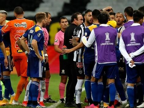 Bochornosos videos: los jugadores de Boca fueron agredidos en el vestuario por la policía