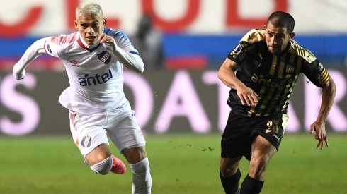 Brian Ocampo of Nacional (left) competes for the ball with Walter Gargano of Peñarol (right). (Getty)