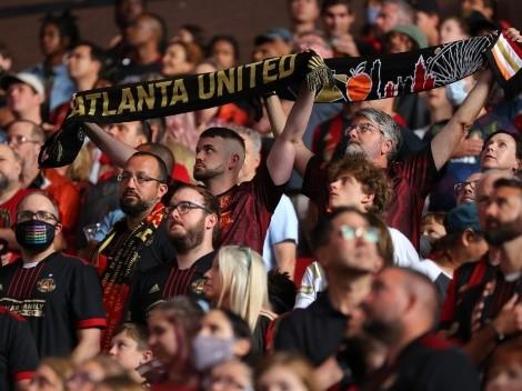 Kanye West se mezcla entre los aficionados del Atlanta United en el Mercedes Benz Stadium