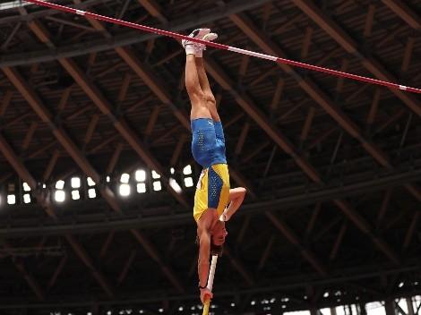 La estrella Armand Duplantis avanza a las finales de salto con garrocha en los Juegos Olímpicos
