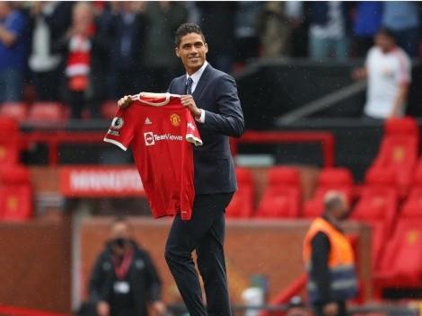 Oficial: Manchester United presentó a Varane ante una multitud en Old Trafford