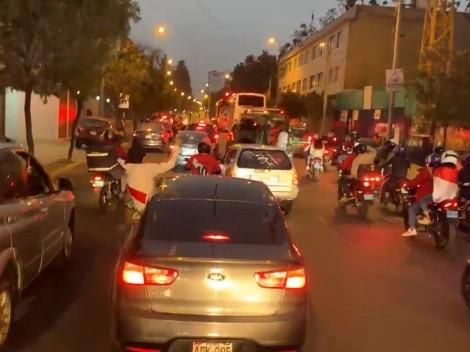 ¡La mejor hinchada del mundo! Gigantesca caravana de autos siguió al bus de Perú