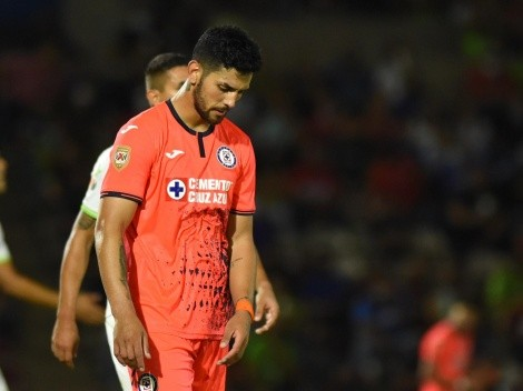 Lucas Passerini se enojó con un aficionado de Cruz Azul que quería su playera